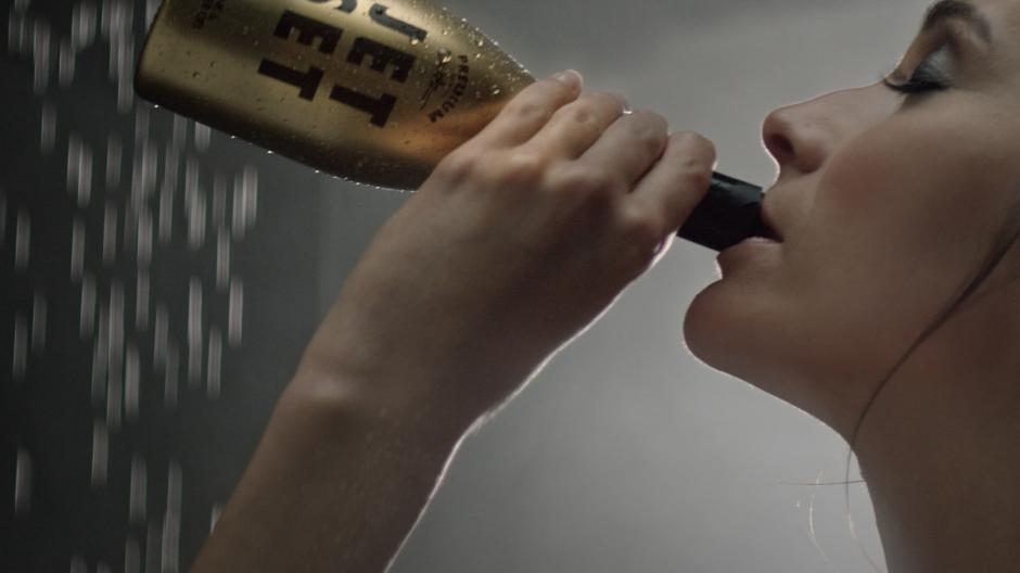 Freundliche Grüsse: Kampagne mit «trinkbarem Duschgel»
