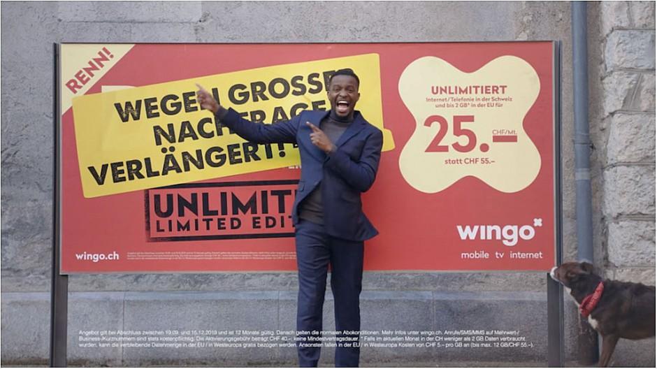 Heimat: Charles Nguela als Plakaterklärer für Wingo