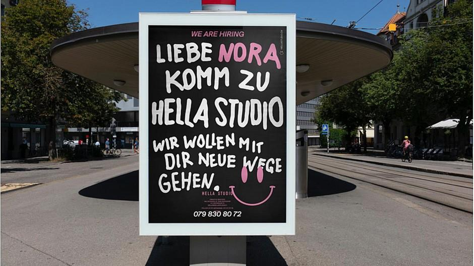 Hella Studio: Die Wunsch-Mitarbeiterin mit einem Plakat umgarnt