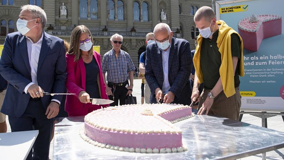 Süsse Geste: BAG verteilt Kuchen an Passanten