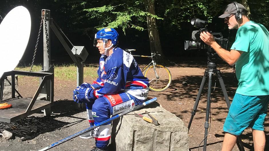 Xess Marketing: Hockeyspieler mitten im sommerlichen Zürich