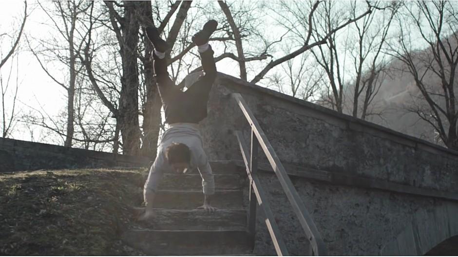 Advico Y&R: Im Handstand die Treppe hinunter