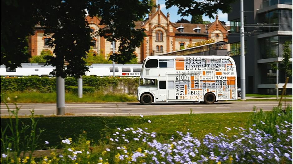 Serviceplan Suisse: Mini lädt in den «Big Love»-Bus ein