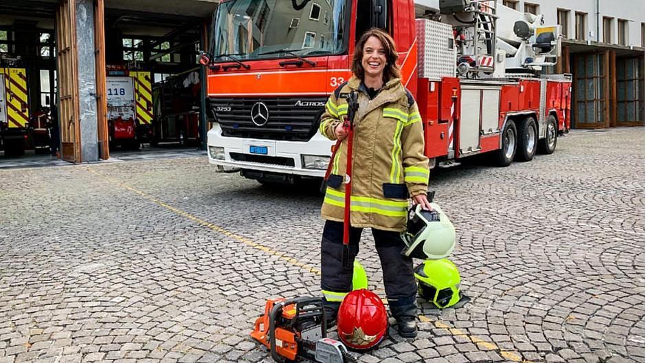 SRF Mona mittendrin: Mona Vetsch steigt ins Feuerwehr-Outfit