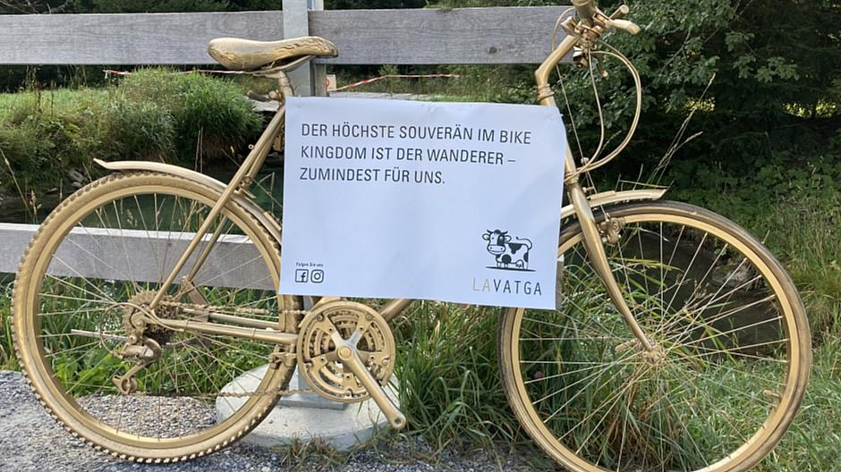 La Vatga: Royale Goldbikes werden zu Werbeträgern
