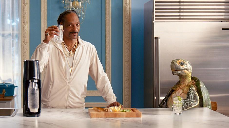 Weihnachtswerbung 2020: Snoop Dogg chillt mit einer Schildkröte