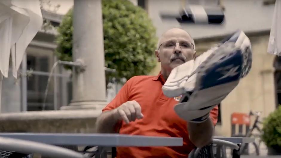 Gassmann Digital: Wenn der Goalie Weinflaschen hält