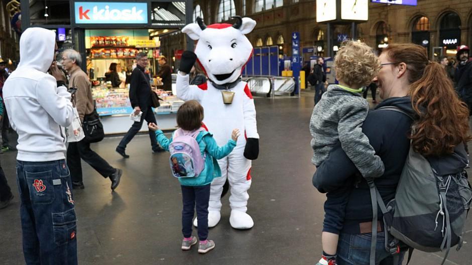 E,T&H Werbeagentur: Kühe überraschen Pendler an Bahnhöfen