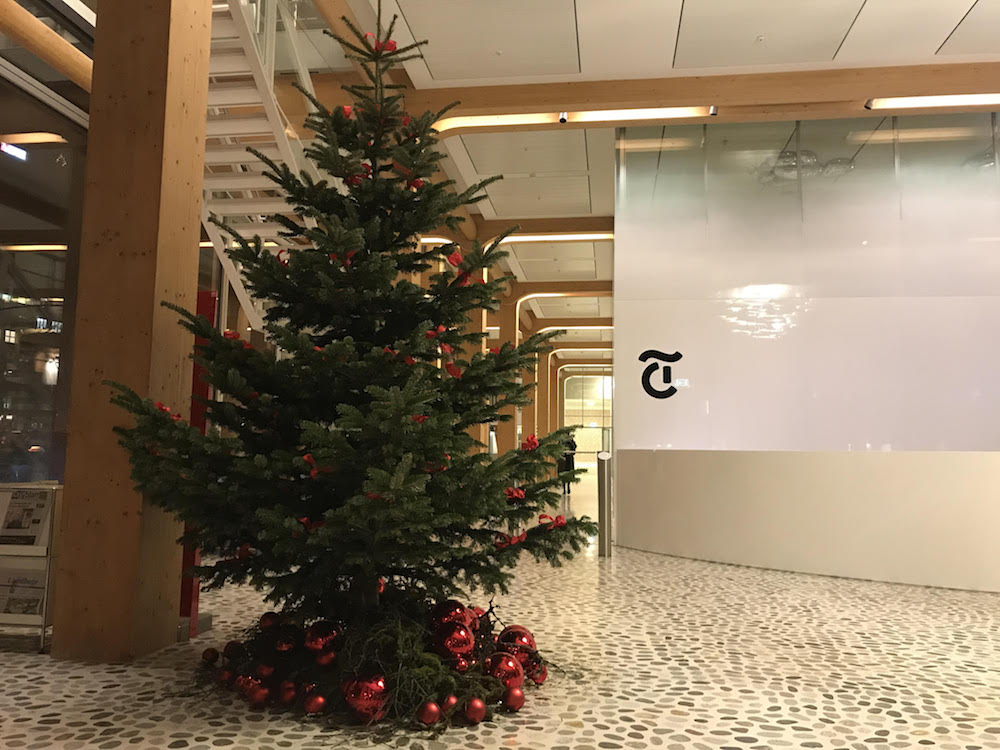 tamedia weihnachtsbaum mit berraschungen digital. Black Bedroom Furniture Sets. Home Design Ideas