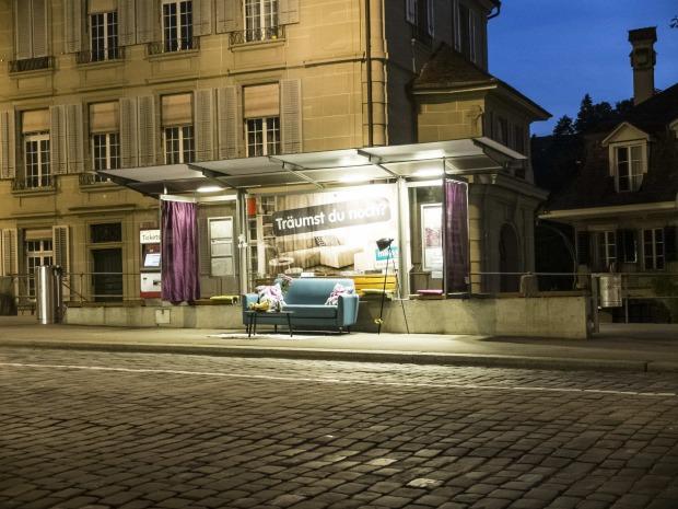 micasa bushaltestellen in wohnzimmer verwandelt werbung. Black Bedroom Furniture Sets. Home Design Ideas